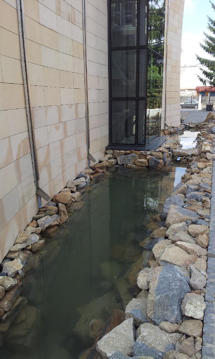 Wandwasserfall mit Teich