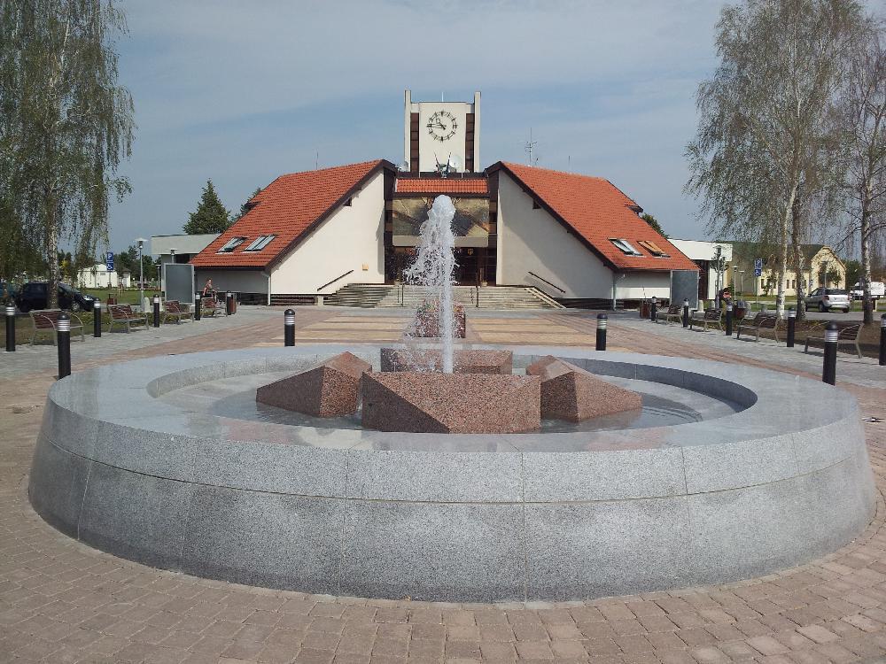 Brunnen mit zentraler Düse und Beleuchtung