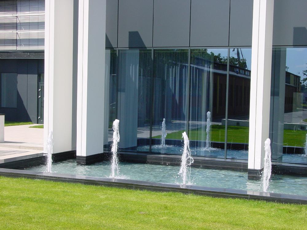Brunnen mit Schaumdüsen und Kaskadenbrunnen
