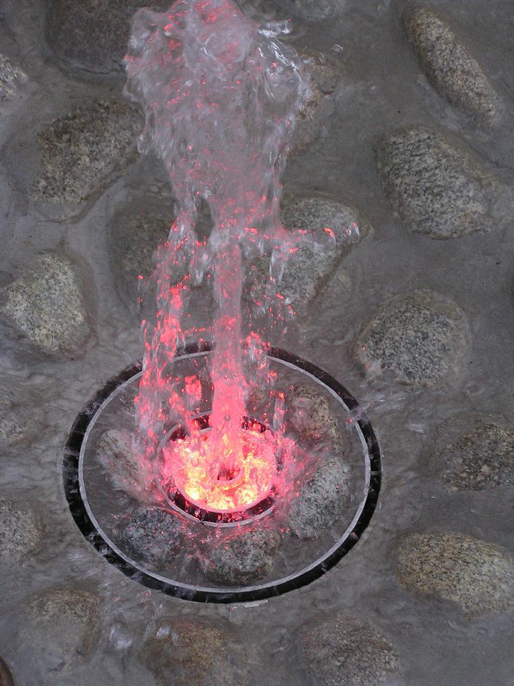 Künstlerischer Springbrunnen mit Beleuchtung