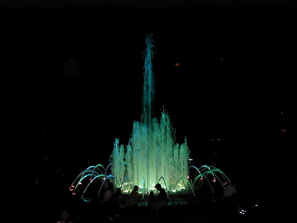 Musikspringbrunnen mit mehreren Düsen