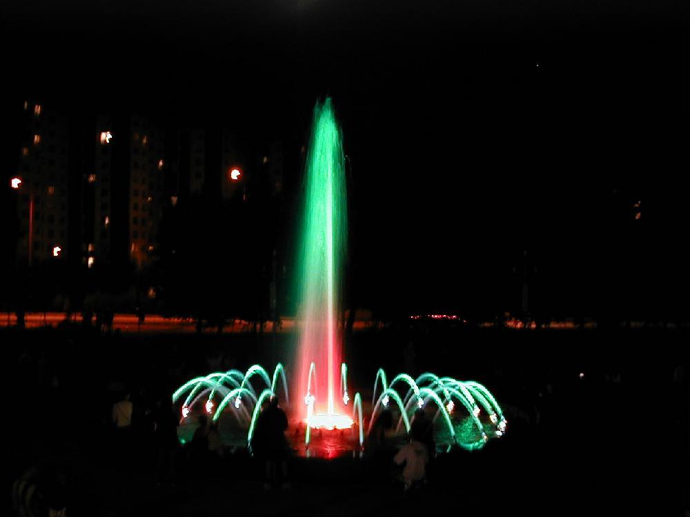 Musikspringbrunnen mit mehreren Düsena
