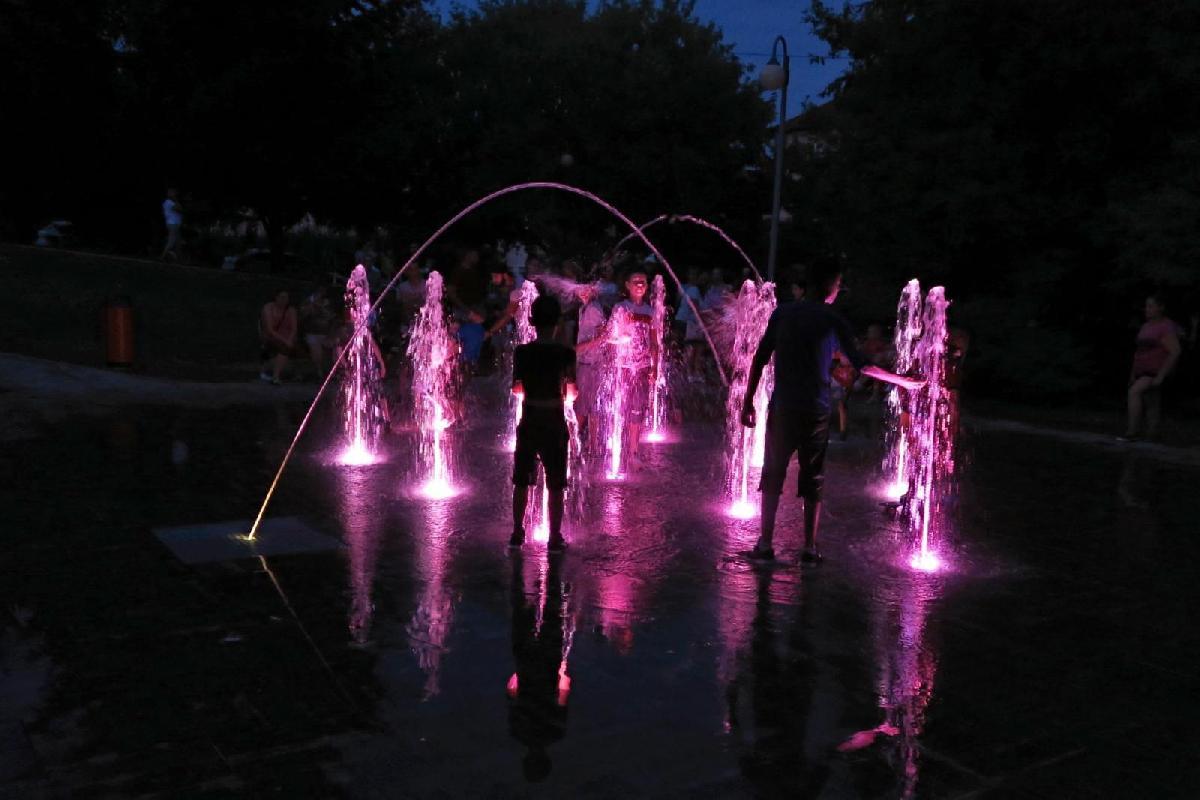 Begehbarer Springbrunnen - 11 Düsen und 2 Wasserkanonen