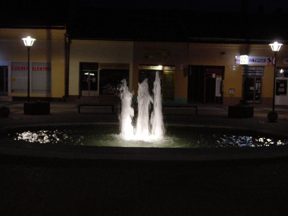 2 x Zentraler Brunnen und Bachlauf
